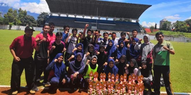 MTsN 1 Kota Malang Borong 26 Piala Atletik Porseni 2019