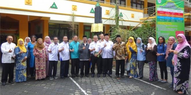Pejabat Pendidikan dari Malaysia Ikuti Studi Banding ke MTsN 1 Kota Malang